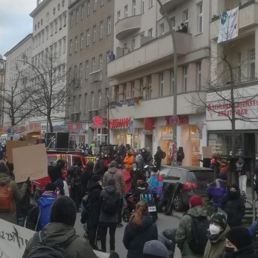 Viele Menschen bei der Kundgebung auf der Hermannstraße