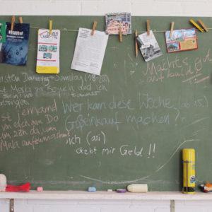 Eine Tafel mit WG-Notizen