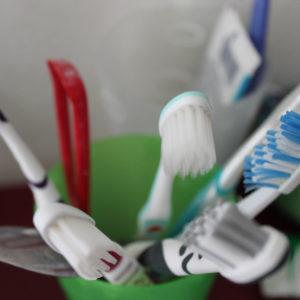 Viele Zahnbürsten in einem Zahnputzbecher