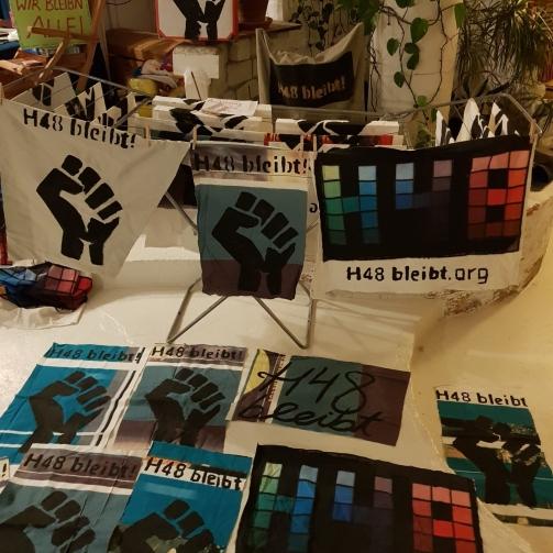 Große Mengen von H48-bleibt-Transparenten und Bannern