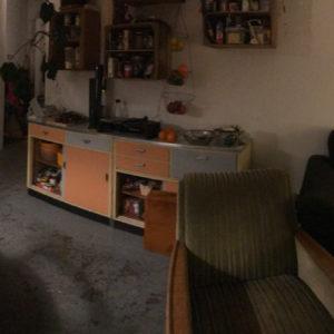 Panorama-Bild eines Wohnzimmers mit einem Kind
