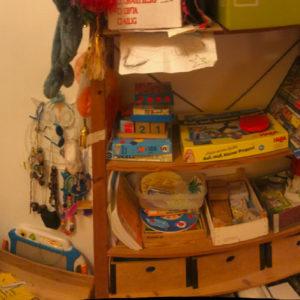 Panoramabild von einem Kind in seinem Zimmer